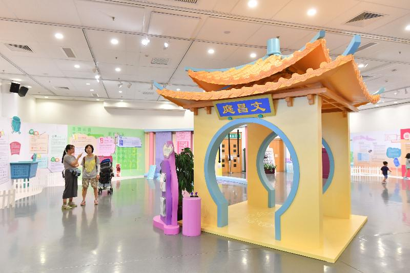 Photo of show case on Wenchang Garden entrance