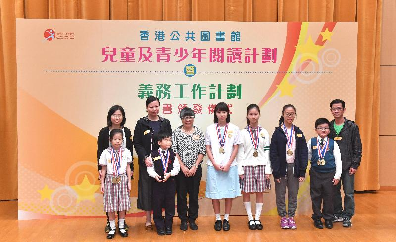 Photo showing the President of the Hong Kong Reading Association presenting prizes to the winners